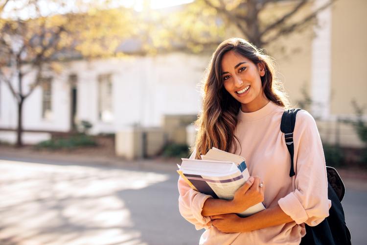 アパレル店員(販売員)になるためには大学と専門どっちがいい?大学に進学するメリットは?