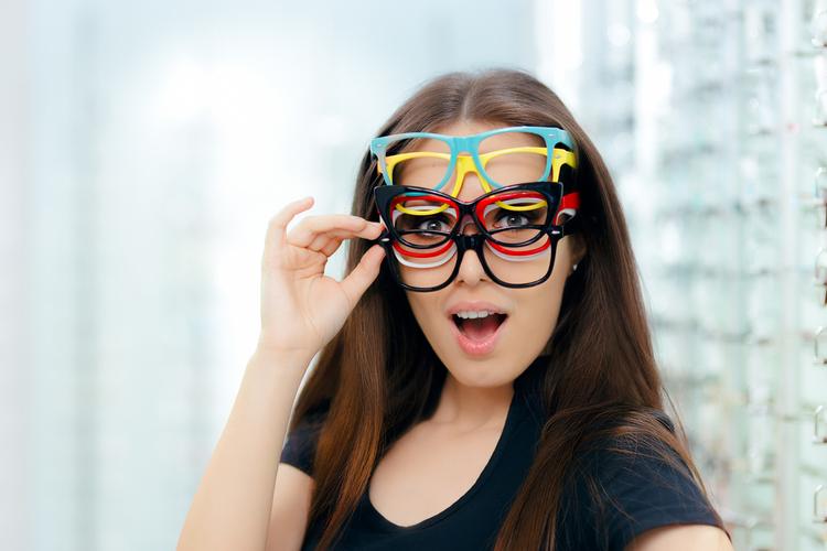 アパレル面接で眼鏡はNG?つけまつげやカラコンなど好ましい目の印象