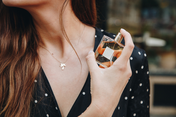 アパレル店員の好ましい香水とは?気を付けたいマナーやつけ方についてご紹介
